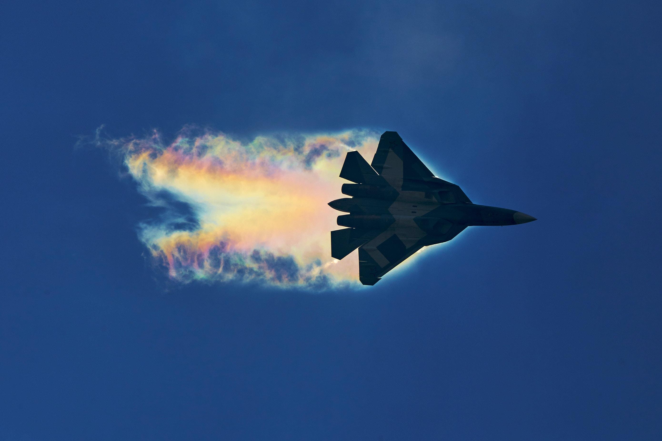 Российский многофункциональный истребитель Су-57 (Т-50, в рамках проект «ПАК ФА») пятого поколения, разрабатываемый ОКБ имени П. О. Сухого с эффектом Прандтля-Глоерта при движении на сверхзвуковых скоростях. Истребители пятого поколения требуют особого подхода к вызовам ЭМС, к снижению радиозаметности, средствам РЭБ, а термостойкие круглые уплотнители - одно из решений данных задач. Фотография - Роман Зеленцов (CC BY-SA 3.0).