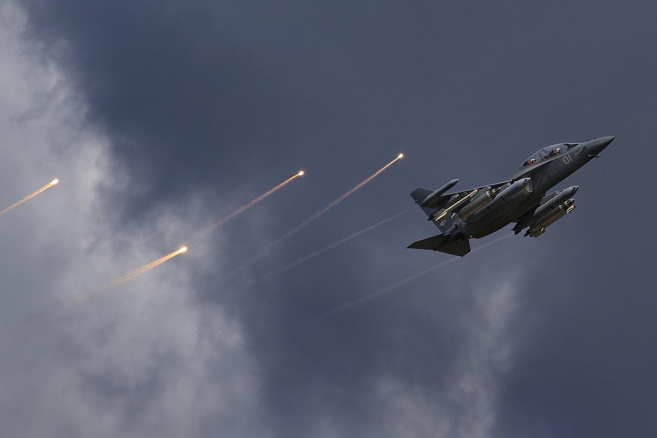 Российский учебно-боевой самолёт Як-130. Самолёт снабжён системой имитации режимов боевого применения, позволяющей отрабатывать воздушный бой и удары по наземным целям. Разработка ОКБ имени Яковлева, производитель - корпорации «Иркут».