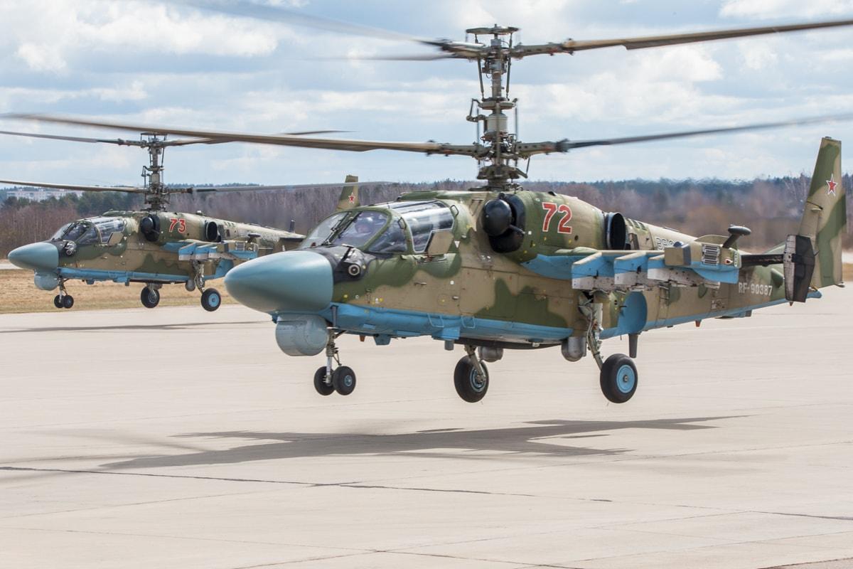 Российский разведывательно-ударный вертолёт Ка-52 «Аллигатор» ВКС России разработки ОКБ «Камов». В бортовое радиоэлектронное оборудование интегрирован прицельно-пилотажно-навигационный комплекс (ПрПНК) с открытой архитектурой «Аргумент-52» и новейший «Аргумент-2000». Высокие требования к бортовому оборудованию вертолёта Ка-52 обязывают использование материалов ЭМС, например, электропроводящих термостойких герметиков для экранирования электронных устройств и соединений. Фотография Минобороны России (mil.ru, CC BY 4.0).