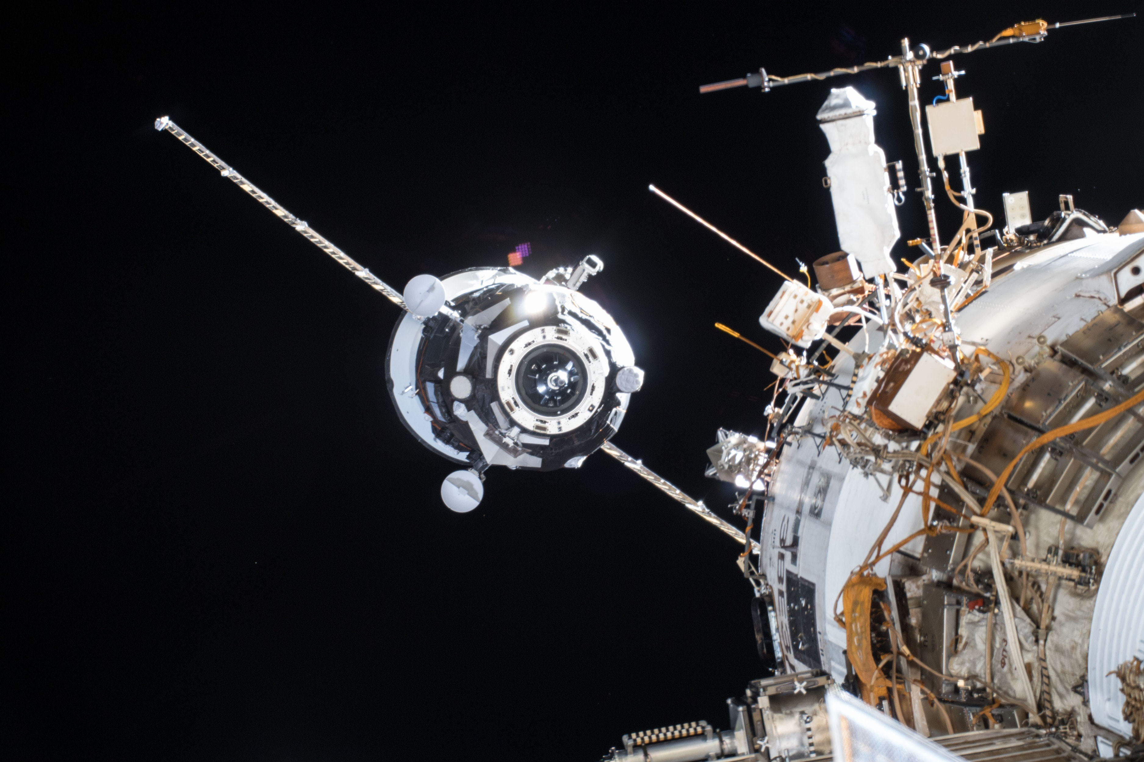 Транспортный беспилотный грузовой космический корабль «Прогресс МС-08» во время стыковки с МКС. Разработан РКК «Энергия» имени С. П. Королёва. Автоматический грузовой корабли обладает сложнейшей системой управления движением и навигации, бортовой радиотехническая системой «Квант-В», которые требуют самого внимательного подхода к задачам ЭМС. Фотография - НАСА.