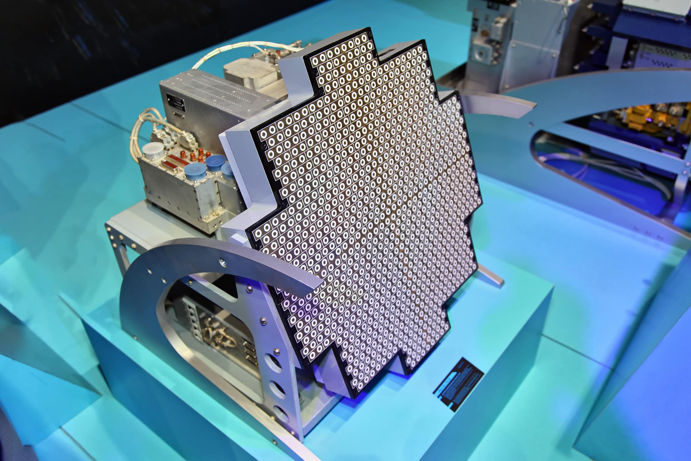 Модифицированный вариант авиационной бортовой радиолокационной станции (БРЛС) Жук-АЭ/FGA-35 с АФАР производства корпорации «Фазотрон-НИИР». В БРЛС активно используются радиопоглощающие материалы, например, в приёмопередающих модулях для снижения паразитных излучений станции. Фото – Виталий Кузьмин (CC BY-SA 4.0).