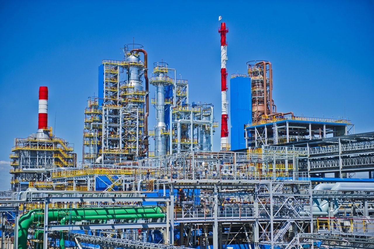 Российская нефтехимическая компания «Газпром нефтехим Салават» - один из крупнейших в России производственных комплексов нефтепереработки и нефтехимии. Использование токопроводящих антистатических герметиков позволяет обеспечить заземление, снять статический заряд с трубопроводов и элементов конструкции. Фото - пресс-центр ООО «Газпром нефтехим Салават» CC BY-SA 3.0.